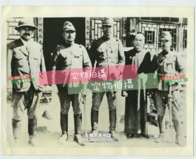 1937年7月卢沟桥事变七七事变时期,国民革命军第二十九军代表和日军合影老照片,从左到右分别为: 中国第二十九军研究顾问樱枝亮三上校 Ryozo Sakural,日本驻北平领事馆保卫处上校, 日军副官,   第二十九陆军参谋Chou Yin Yier上校,其以在北平和日军作战而闻名,日军副官。