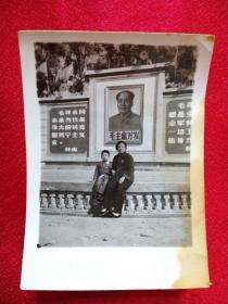 文革老照片【背景是毛主席像和林彪题词语录)带像章的母子二人