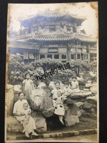 【照片珍藏】民国北京中山公园唐花坞前两位女士与孩童留影,可见当时此处布置极为典雅。人物清秀脱俗,影像清晰、颇为难得