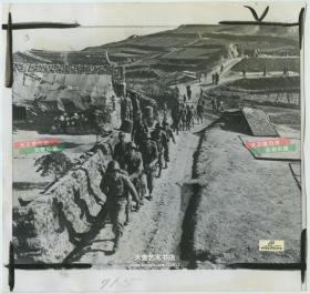 1954年国民党最后控制下的浙江省台州市椒江区大陈岛,国军士兵在道路上列队行军老照片
