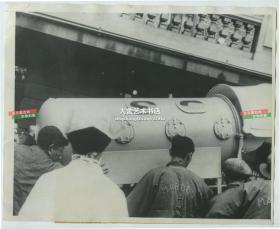1937年见证医疗奇迹环球旅行中的一站,著名的小儿麻痹症患者(费迪里克.B.S)从北平抵达抵达上海,照片中的金属罐状物,是当时轰动一时的人工铁肺医疗设备,一端永久地连接着费迪里克的身体。