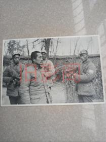 杜聿明被俘虏现场照片,解放战争淮海战役!国民党高级将领,国军将军,国军中将,抗日战争,抗战名将,大尺寸银盐厚纸基照片,原版老照片,关键词:华东野战军战士,解放军,陈毅,粟裕