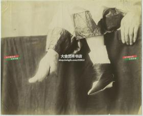 1880年代清代妇女的小脚三寸金莲特写大幅蛋白照片,尺寸为25.5X20.7厘米。
