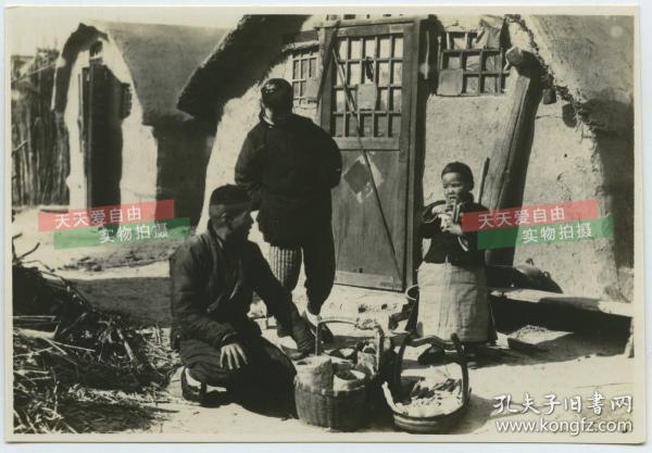 民國時期東北滿洲土坯房民宅間走街串戶賣小食品的小販老照片,孩子最喜歡的人,泛銀