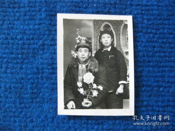 五十年代夫妻照,丈夫手中捧花