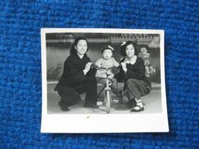 老照片:姐妹俩和骑童车的