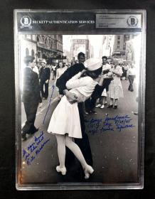 """""""世纪之吻背后的缘分故事"""" 水兵乔治·曼多萨和妻子丽塔·曼多萨 双人签名""""世纪之吻""""照片(8×10英寸) 三大签名鉴定公司之一Beckett(BAS)鉴定,并采用特殊收费版大盒封装"""