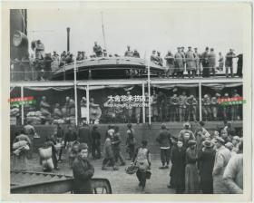 1949年4月上海解放前夕,国民党士兵在码头集结登船准备向南方撤离老照片,此时共产党的先锋部队距离上海仅30英里。