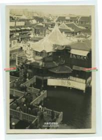 """民国上海豫园湖心亭茶楼九曲回廊俯瞰老照片,远处有""""贪吃懒散,一世(受苦)""""的大幅宣传标语"""
