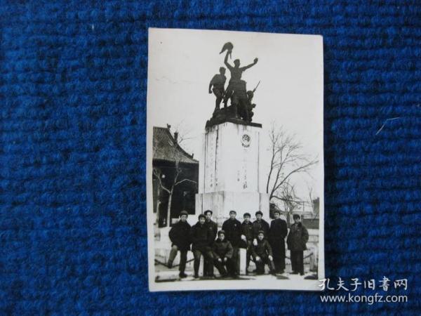 五六十年代太原文瀛公園(現兒童公園)烈士紀念塔前合影