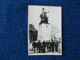 五六十年代太原文瀛公园(现儿童公园)烈士纪念塔前合影