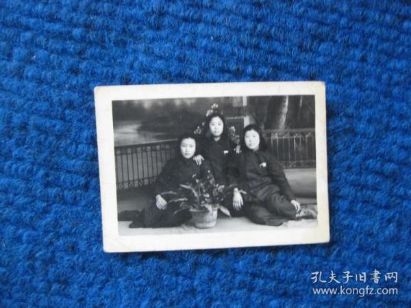 五十年代戴校徽的3名女學生