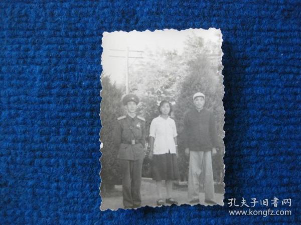 老照片:三人合影,其中一人著50式軍服大尉軍銜