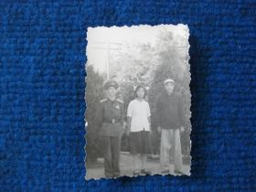 老照片:三人合影,其中一人着50式军服大尉军衔