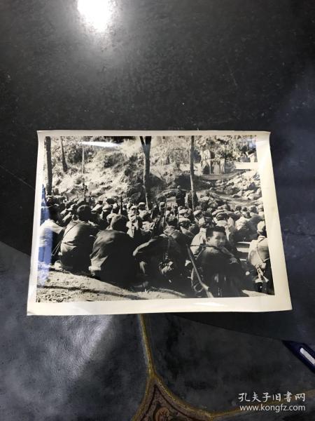 文革老照片 越南內戰期間北越人民軍戰士們在戰地學習毛主席語錄 戰地指揮所旁掛毛主席畫像和越南標語 非常少見