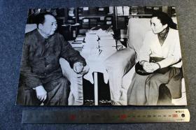 1972年12月30日毛泽东主席在北京中南海会见到访的越南外长阮氏萍老照片一张,尺寸为33.8X23厘米