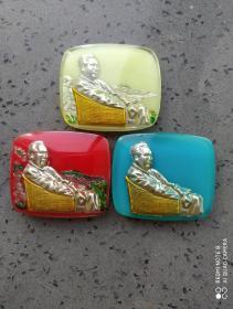 文革时期:有机玻璃毛主席藤椅三色彩色方形像章。一枚夜光。极其漂亮