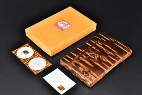 (丙4981)《日本樱皮细工》盖盒一件 砚箱 精式精美 盖上竹子图案 带盖尺寸为:21*13.2*2.7cm 利用老樱花树的树皮作成 日本秋田县著名传统工艺品 制作樱皮细工,完全仰赖师傅的感觉与经验,先将剥削下山樱的树皮,仔细磨平,依其颜色与花纹的不同,思考制作的成品方向。