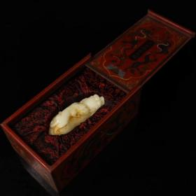 白玉辟邪貔貅子母兽摆件 配老漆器盒一个 一套重2083克 长25厘米 宽15厘米 玉重1100克 长15厘米 宽6.5厘米