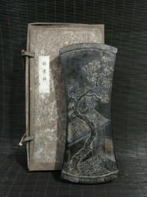 旧藏嘉庆年制描金彩绘【韶景轩】墨锭一方,此件藏品古朴生动,光滑细润。