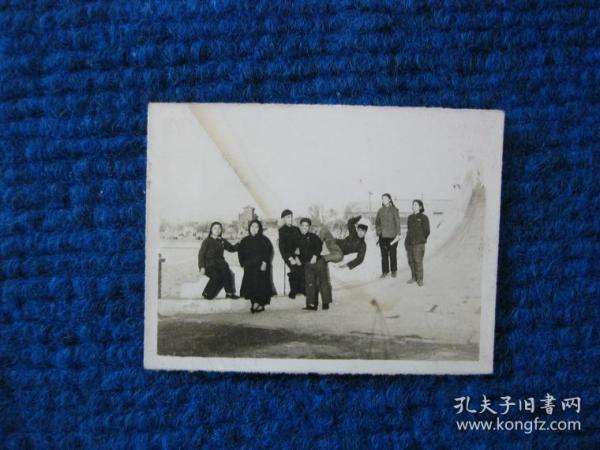 老照片:五十年代游園的一群人