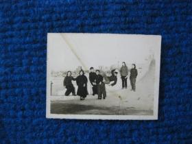 老照片:五十年代游园的一群人