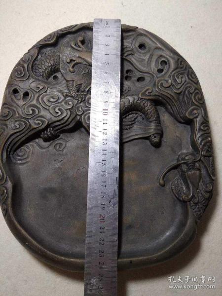 精品重器,蘇州澄泥石硯,蠖村硯,很重很大的一塊,手工雕刻,款識不太清楚是哪位?尺寸和重量看圖片,喜歡的點擊右下角〔我想要〕私聊我或留言……