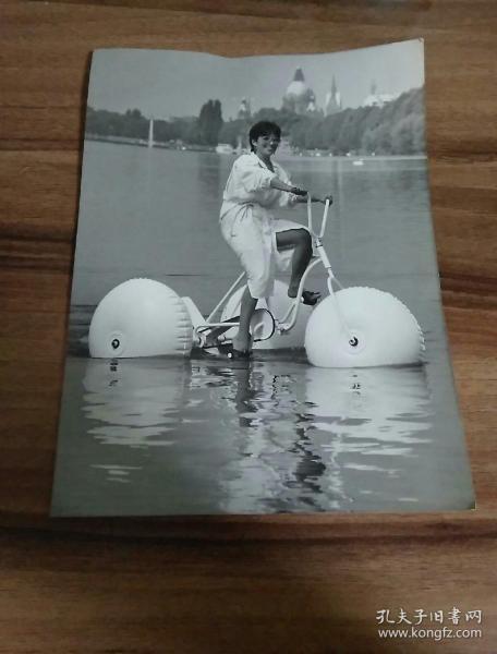 大張黑白照片.水上自行車