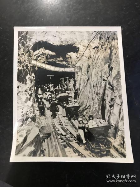 文革老照片 用毛澤東思想統帥施工 文革時期鐵路施工單位在挖掘隧道的施工過程中