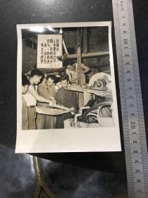 1969年文革新聞照片 小紙廠創奇跡 河北省武安縣造紙廠首創用麥草生產薄凸版紙