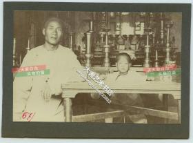 清代1900年代庚子事变时期北京大户人家祖宗祠堂中,教小孩读书的私塾先生老照片