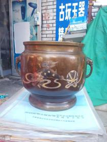 大个铜香炉,比一般的可大多了,个头挺大的,年代未知,做工不错,喜欢的来买,售出不退。