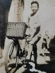 民国骑自行车的旗袍美女