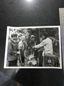 文革新聞照片 沿著毛主席六二六指示的光輝道路前進 1969年黑龍江省方正縣永豐公社富源大隊的醫務人員在向老農學習中草藥的采集和藥性知識