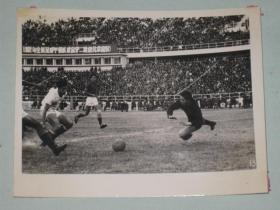 上海足球队守门员蒋耀章跃起救球     参加1962年全国甲级联赛的上海队     照片长15厘米宽11.5厘米    D箱
