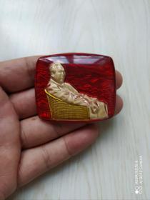 文革时期:有机玻璃毛主席藤椅夜光方形像章