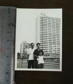 国内包邮广州老照片:1968年7月1日广州宾馆落成不久留影(海珠广场解放军战士塑像仍为旧款那个)