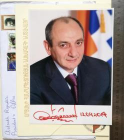 ✦ 纳卡地区(亚美尼亚与阿塞拜疆冲突地区)总统、2次当选阿尔察赫共和国国家元首(2007-2020)、纳戈尔诺-卡拉巴赫内政部长(1999-2001)、纳戈尔诺-卡拉巴赫安全局局长(2001-2007)、巴科·萨哈扬(Bako Sahakyan)、亲笔签名、官方精美大照片1张(非常珍贵、非常罕见)