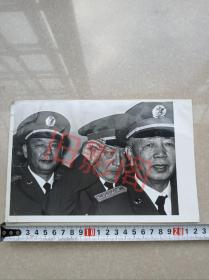 1988年9月14日军委授予上将军衔仪式,新授衔的将军们在后台排队上场前的精彩瞬间,刘华清,迟浩田,赵南起,原版老照片