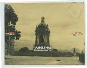 """民国时期香港位于中环昃臣道的""""旧最高法院大楼""""前,英国维多利亚女王肖像天蓬亭老照片"""