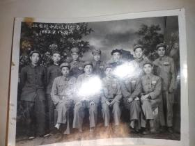 1952年黑白照片【专政委赴中南临别留念】1952年部队军装照
