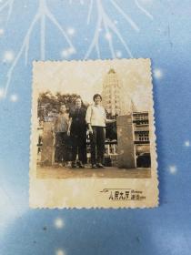 老照片  广州人民大厦留念    爱群大厦