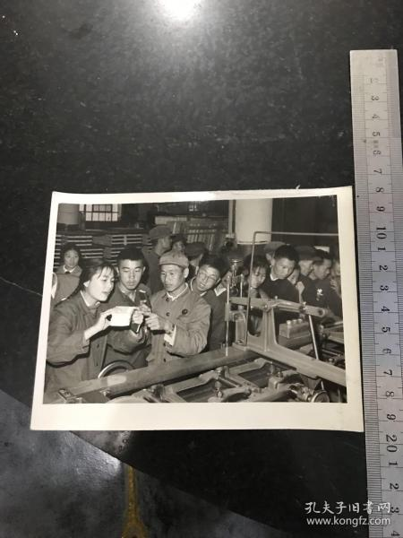 文革新聞照片 在毛主席身邊的幸福日子里——各地參加國慶觀禮的代表在北京 1969年天津市代表在聽取北京新華印刷廠的工人介紹他們高速度高質量地印制紅寶書的經驗