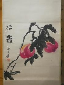 """齊良遲,1921年生于湖南湘潭,系齊白石第四子。十歲起在其父指導下學習中國畫的傳統技法,二十四歲畢業于北京輔仁大學美術系,繼而從事美術教育工作。后遵周恩來囑托,辭職專門侍奉白石老人并研習""""齊派""""繪畫藝術。1945年畢業于北京輔仁大學美術系。。吉祥的畫,送人最好。"""