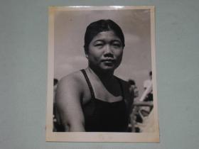 1962年全国游泳跳水锦标赛女子跳板跳水冠军尹好容        照片长15厘米宽11.5厘米    D箱