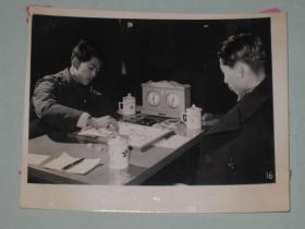 1962年全国棋艺锦标赛在合肥举行,象棋冠军十七岁的上海选手胡荣华和北京市冠军刘文哲对弈    中国象棋大师   照片长15厘米宽11.5厘米    D箱