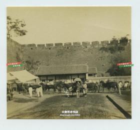 清代北京城门瓮城内的道路和街边商业老照片