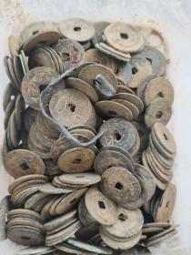 出水古钱,以清三代居多,唐宋元明也有。约200个。