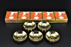 """(丙7110)日本24K镀金 总重:355.3克《日本纪念酒盏》原盒五件 酒盏边缘两种样式 做工精湛 工艺精良 酒盏内有图案 底款""""高砂殿24KGP""""直径约:7.4cm 高约:2.3cm."""