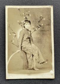 民国时期 相馆插花写意布景 旗袍美女坐像照一枚(相纸较厚,意境幽美)
